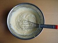 メレンゲと卵黄生地を混ぜる