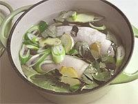 鍋に材料を入れ水を加える
