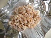 ご飯とツナ缶を混ぜ合わせ、アルミホイルで包む