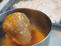 鶏肉に小麦粉・溶き卵をつける