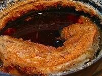 おからを肉から取り除き、皿に載せる。