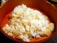 昆布だしでお米を炊く。