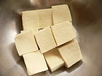 高野豆腐を戻して切る
