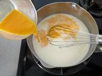 牛乳、グラニュー糖、卵を混ぜる