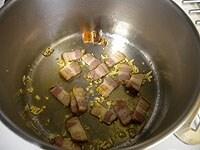 ベーコンを炒める