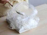 フランスパン専用粉を計る。