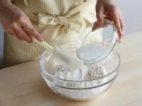 水とヨーグルトをよく混ぜ合わせる。