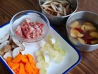 豚肉と野菜を切る