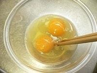 水、片栗粉、卵を混ぜる