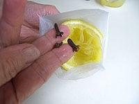 出し袋にレモン皮とグローブを入れ、スパイス袋をつくる