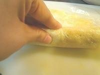 ラップを使い卵でごはんを巻く