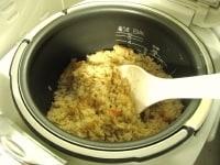 ご飯を蒸らし、全体をさっくり混ぜる