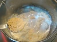 パンが柔らかく溶けたら、きなこを入れる