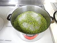 沸騰したら火を弱め、落し蓋をして30分煮る