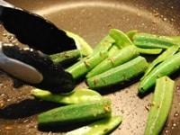 フライパンでクミンと野菜を炒め味付けする