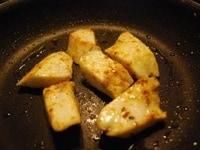 フライパンで焼いて味付けする