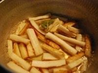 鍋でごぼうを炒め、マリネ液につける