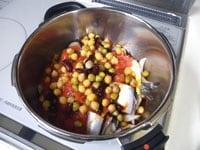 トマト缶、ミックス豆缶を加える