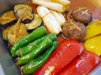 焼いた野菜をタレに漬けこむ
