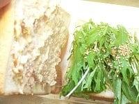 パンにマヨネーズとわさびをぬり水菜、白ゴマ、ツナマヨをはさむ