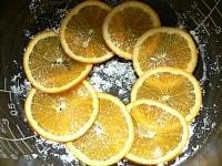 内釜にバターをぬり、グラニュー糖をふりかけ、オレンジを並べる