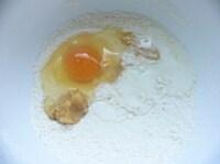 卵、蜂蜜、みそ、牛乳、水を混ぜる