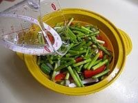 野菜と水入れ、電子レンジで6分加熱