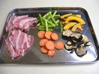 豚肉に塩こしょうを振り、干し野菜はそのまま使う