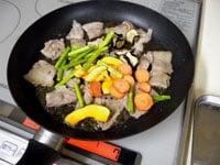 豚肉を炒める