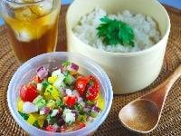 お弁当を食べる時に、サラダをごはんにかけて食べる