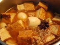 鍋に材料を入れる
