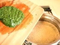 鍋に、鶏がらスープとにんにく、モロヘイヤを入れる