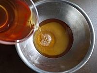 紅茶にグラニュー糖を加える
