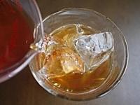 氷を入れたグラスに注いで、アイスティーを作る