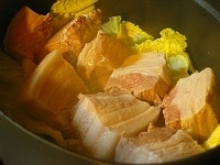 鍋に白菜と豚肉を並べる