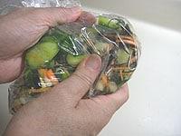 袋に材料を入れ手でよく揉む
