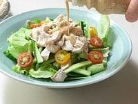 野菜と鶏肉を盛り合わせる