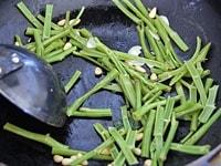 にんにく、松の実、空芯菜の茎を炒める