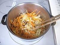 にんじん、生姜、しいたけを加え炒める