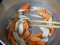 赤唐辛子、牛蒡、人参を炒める