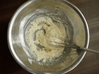 カルピス、牛乳を加え混ぜる