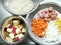 米を洗って材料を切る