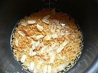 米にスナック麺、さきいか、ピーナッツ、ネギを入れる