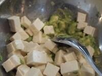 豆腐を入れて和え、仕上げにごま油を入れる