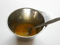 バターと卵黄を混ぜる