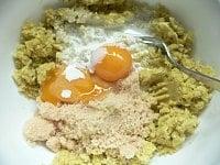 砂糖、卵黄、生クリーム、バニラエッセンス、ブランデーを混ぜる