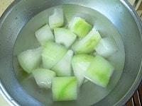 冬瓜をゆでて水にさらす
