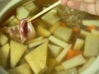 だしを調味し、硬い野菜から入れて煮る