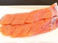 鮭に塩こしょうする