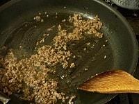 ひき肉を炒めて下味をつける